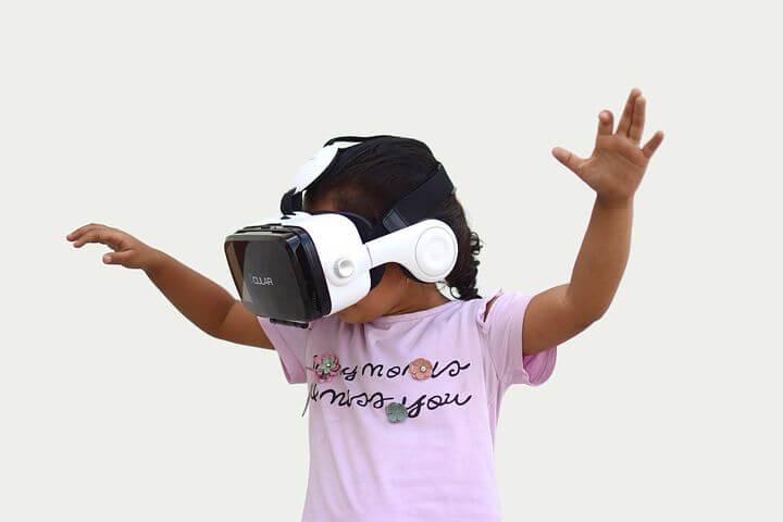 【女性必見】VR体験中の服装は?化粧ってどうすればいいの? 気になる疑問を大解決!